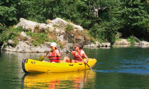 Rivière La Vézère directement du Camping Le Paradis grâce au ponton idéal pour des sorties en canoë